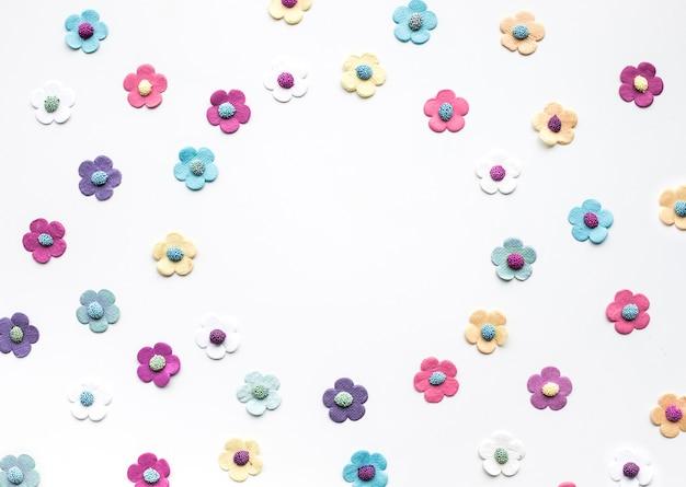 Papier coloré de fleurs sur fond blanc