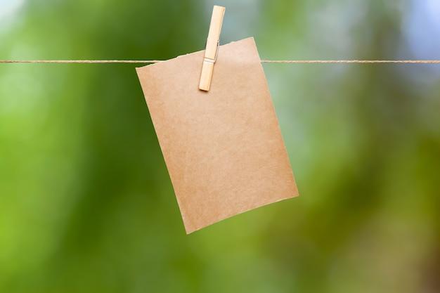 Papier sur une corde