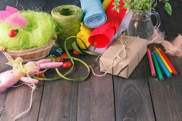 Papier de couleur, crayons, différents rubans washi, ciseaux artisanaux.