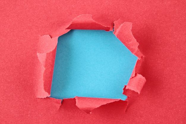 Papier de couleur déchiré, trou dans la feuille de papier
