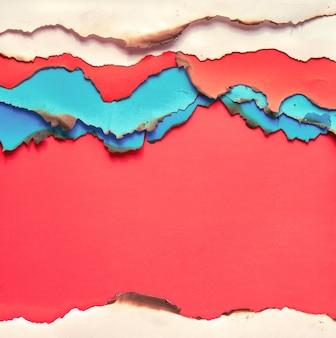 Papier de couleur vibrante avec bords brûlés, mise à plat avec copie espace