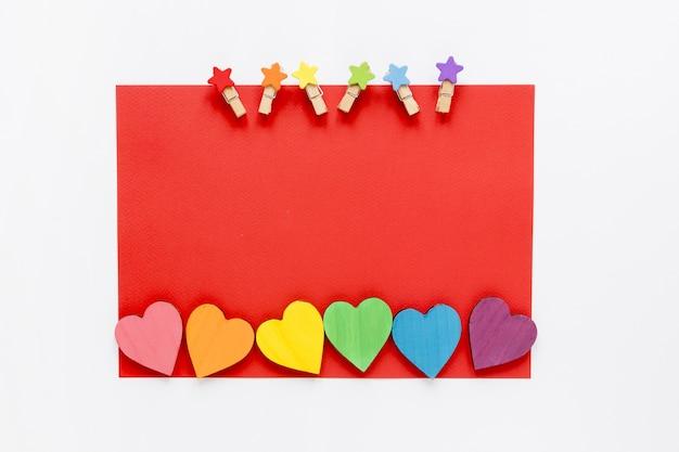 Papier avec crochets et coeurs