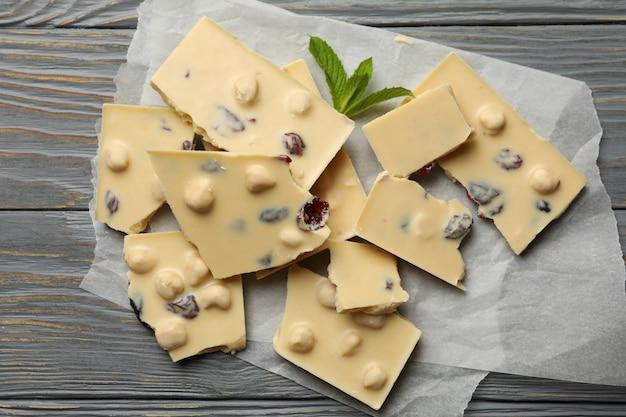 Papier cuisson au chocolat blanc et menthe sur table en bois gris