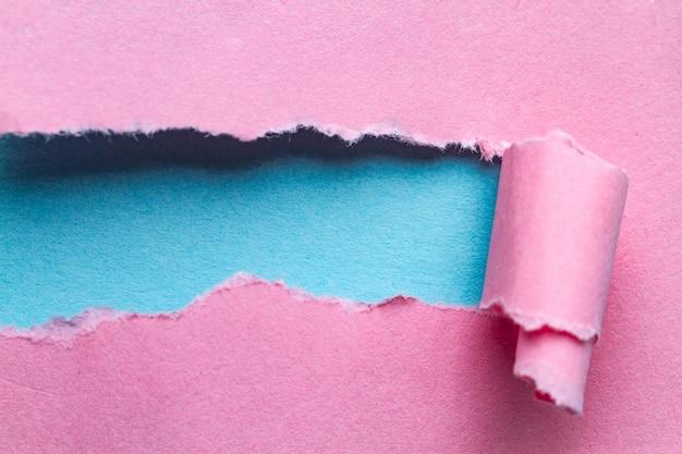 Papier déchiré. bande de papier déchirée et tordue avec place pour le texte ou le message
