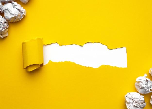 Papier déchiré avec espace pour le texte sur fond blanc. boules de papier froissées blanches