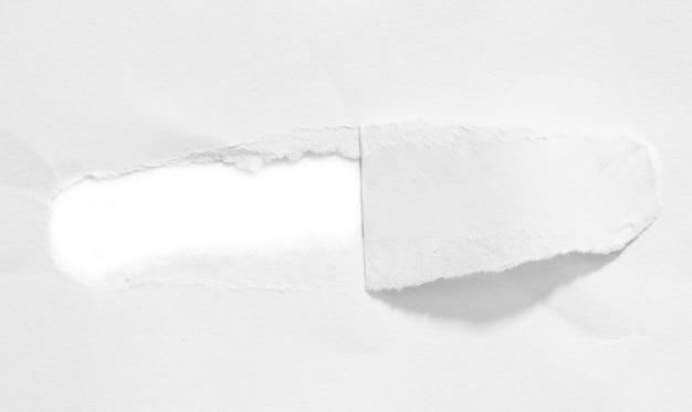 Papier déchiré sur fond blanc et avoir un espace de copie pour la conception dans votre travail
