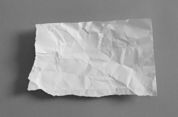 Papier déchiré sur fond gris avec espace copie
