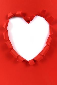 Papier déchiré forme coeur saint-valentin rouge, fond blanc, espace copie
