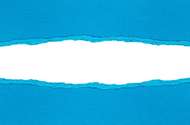 Papier déchiré isolé sur blanc