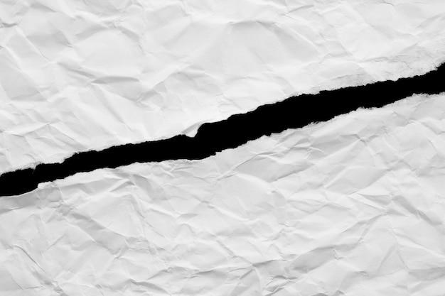 Papier déchiré isolé sur fond noir