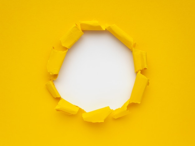 Papier déchiré jaune sur fond blanc. espace pour le texte ou l'image