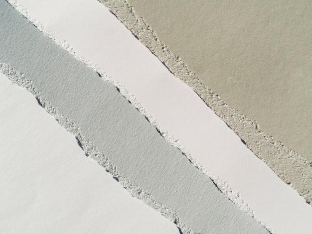 Papier déchiré en niveaux de gris