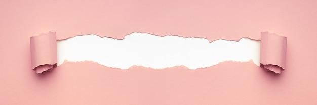 Papier déchiré rose pour le texte. concept créatif minimal.