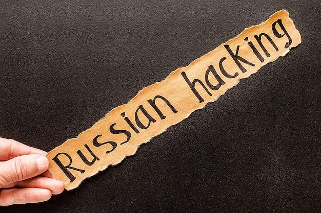Papier déchiré avec texte hacking russe