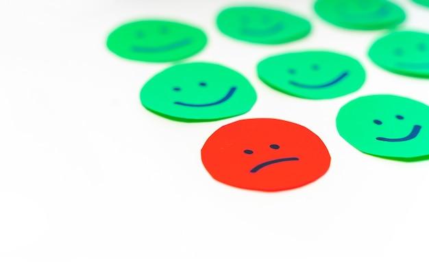 Papier découpé des cercles avec des visages avec différentes émotions expressions pour des humeurs de haute qualité