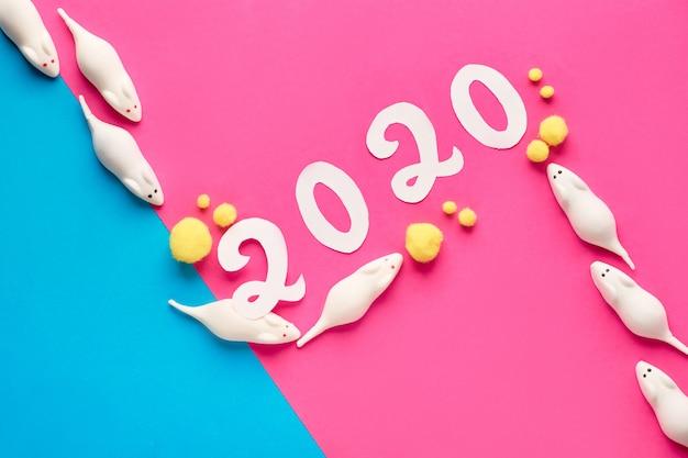 Papier diagonal festif pour le nouvel an 2020 avec des souris en rose et bleu