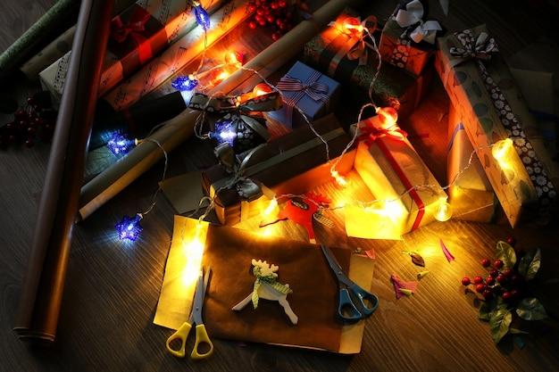 Papier d'emballage cadeau pour le ruban et les arcs de noël de vacances