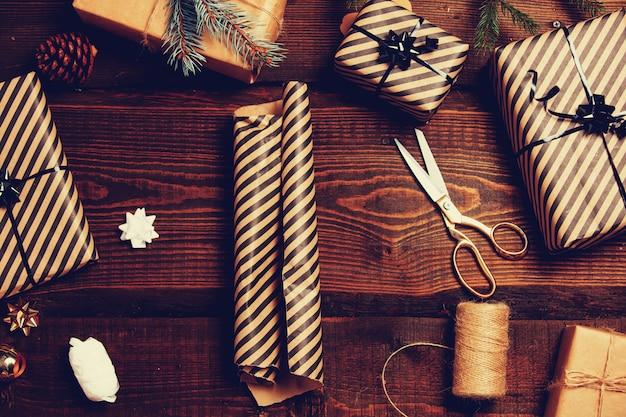 Papier d'emballage vintage sur une table avec des cadeaux autour