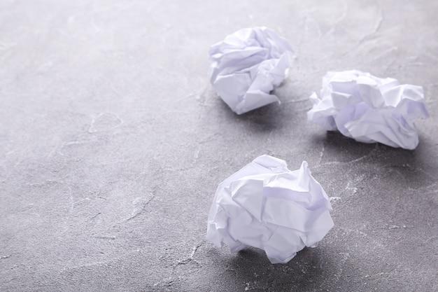 Papier émietté sur un béton gris