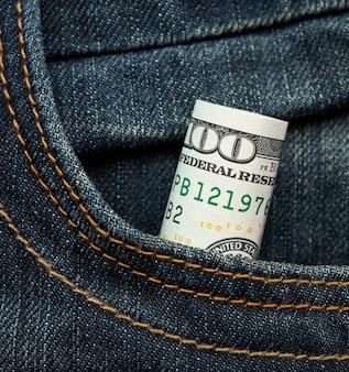 Papier enroulé billets de cent dollars et resserré avec un élastique vert