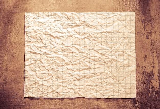 Papier froissé au fond du mur
