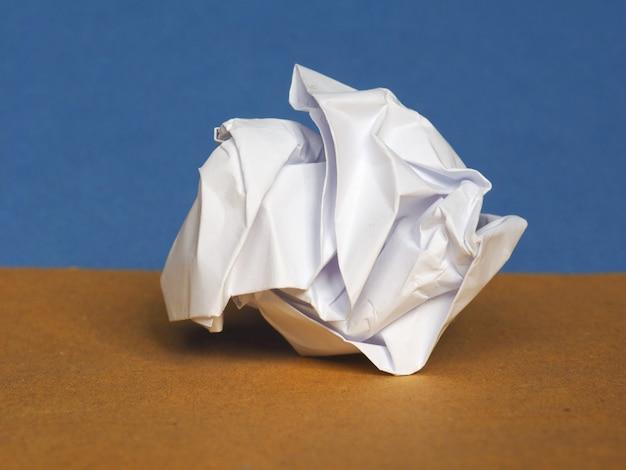 Papier froissé sur fond bleu marron avec espace de copie