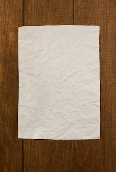 Papier froissé sur fond de bois