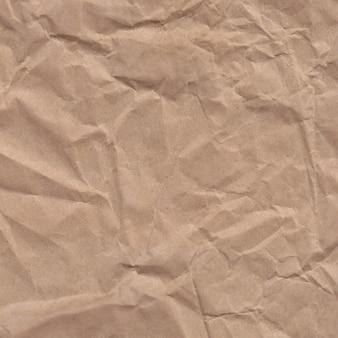 Papier froissé isolé sur fond blanc