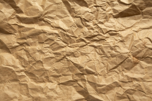 Papier froissé marron.