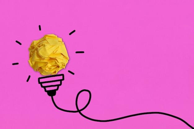 Papier froissé sphérique et idée d'ampoule de ligne noire dessinée à la main