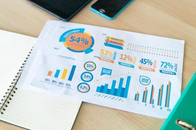 Papier graphique d'affaires en gros plan sur la table de travail
