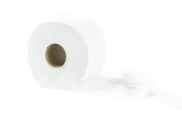 Papier hygiénique sur fond blanc