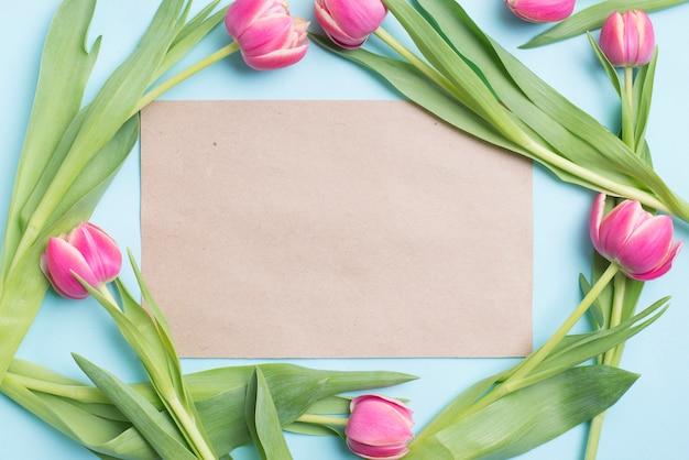 Papier à l'intérieur de la bordure de tulipes