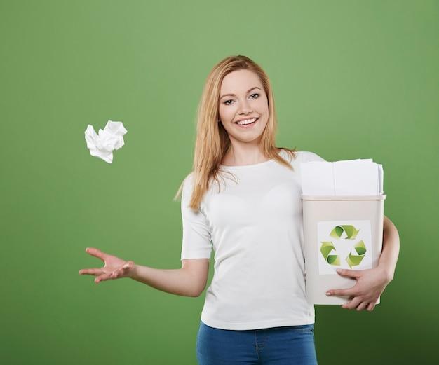 Ce papier ira à la poubelle avec des déchets de papier