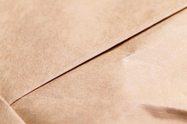 Papier jaune froissé fabriqué à partir de papier recyclé