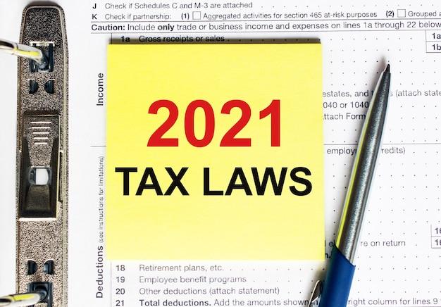 Papier jaune avec texte lois fiscales 2021, concept