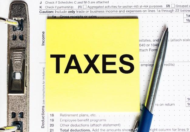 Papier jaune avec texte taxes. concept financier