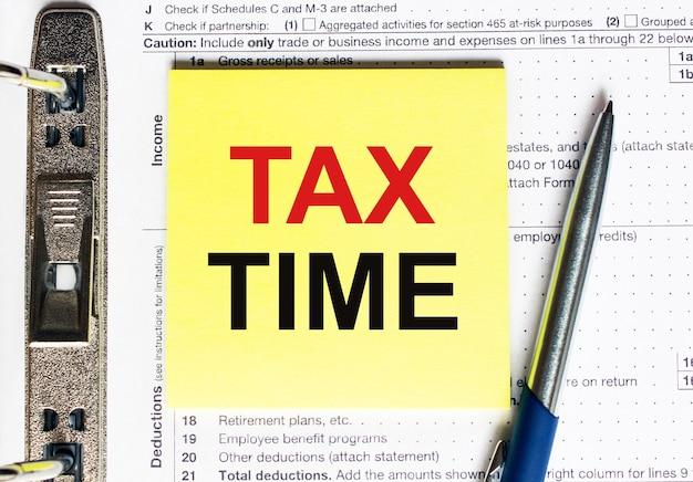 Papier jaune avec texte temps d'impôt, concept