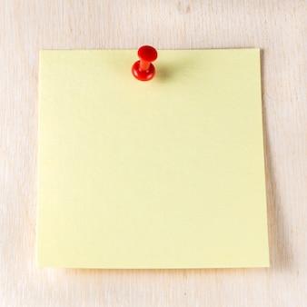 Papier jaune vide avec note