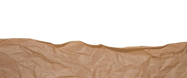 Papier kraft marron froissé isolé sur fond blanc. bannière.
