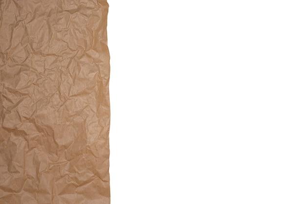 Papier kraft marron froissé isolé sur fond blanc.