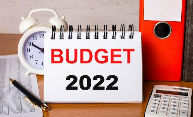 Sur papier kraft, un stylo blanc et une bande de papier blanc avec le texte budget 2022.