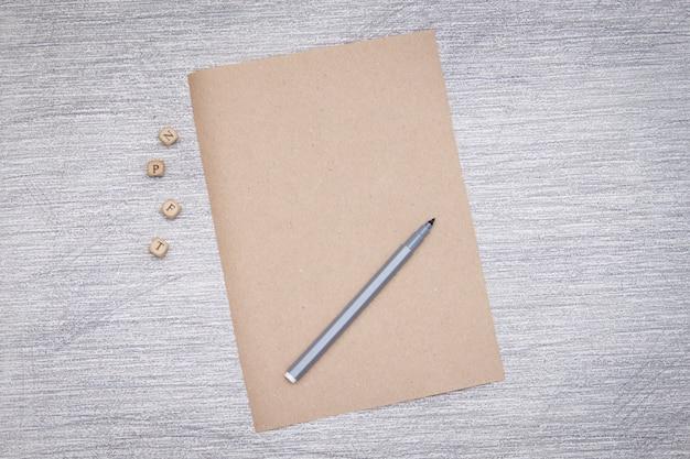 Papier kraft vide sur fond gris