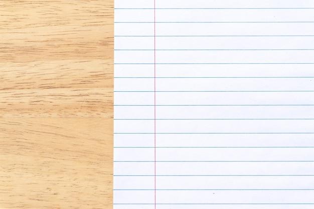 Papier ligné pour ordinateur portable sur fond de bureau en bois