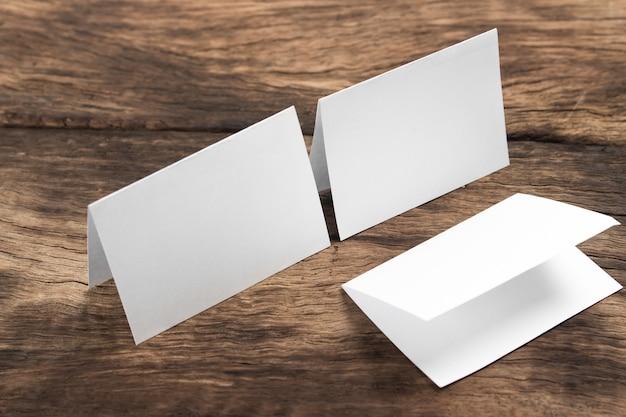 Papier maquette maquette vierge, fond variable / papier blanc isolé sur bois
