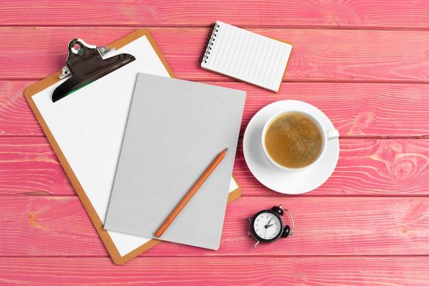 Papier sur maquette de presse-papiers. femme moderne lieu de travail