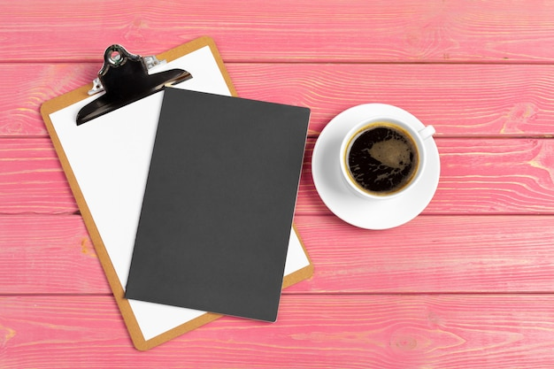 Papier sur maquette de presse-papiers. lieu de travail de femme moderne