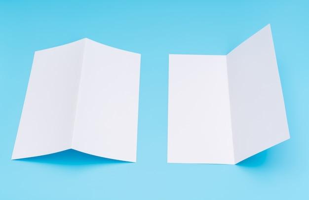 Papier modèle blanc bifold sur fond bleu.