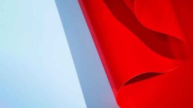 Papier monochrome courbé abstrait rouge