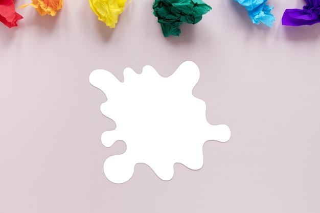 Papier motolite coloré sur le bureau